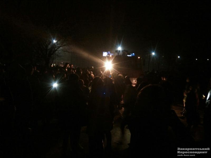 Пожежа в студентському гуртожитку в Ужгороді: студентів забирають з поверхів пожежними драбинами