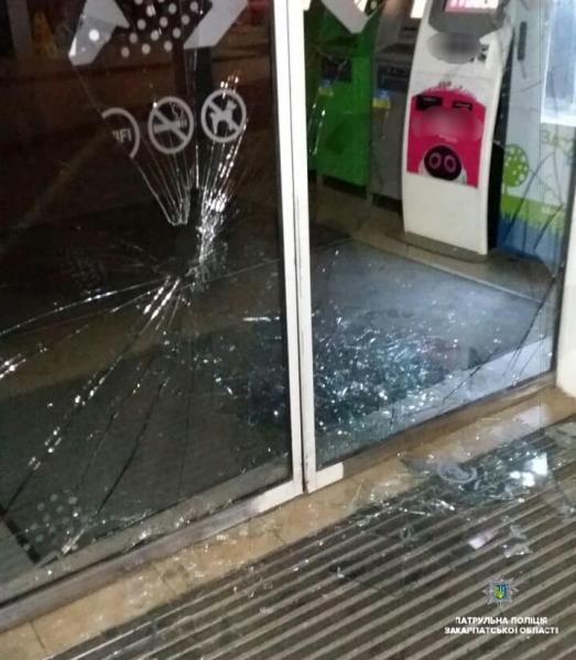 В Ужгороді патрульні затримали молодого хлопця, який імовірно розбив ногою двері супермаркета (ФОТО), фото-2