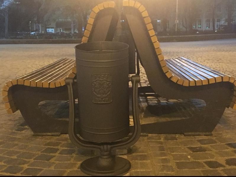На площі Петефі в Ужгороді з'явилися урни для сміття (ФОТО), фото-1