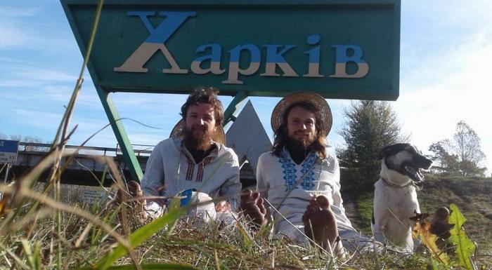 До Харкова прийшли босі мандрівники з Ужгорода - фото 1