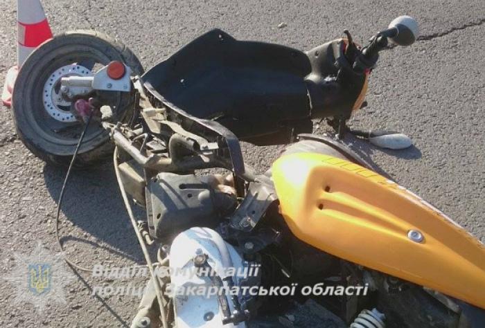 На Закарпатті 2 школярів на скутері потрапили під авто