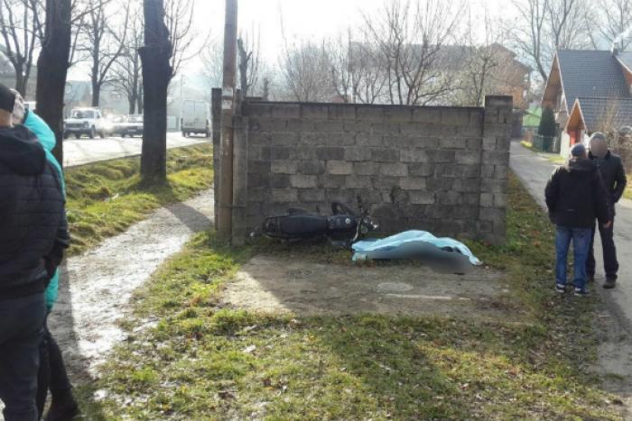 На Рахівщині водій мотоцикла «Мустанг» без шолома в'їхав у бетонну огорожу – смерть на місці