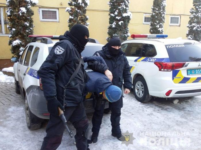 """Прикарпатські правоохоронці затримали групу """"хакерів"""", які викрадали кошти із банківських карток пересічних громадян"""