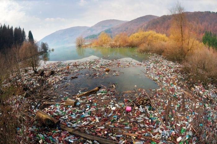 Ситуація критична: жителі Закарпаття викидають тонни побутового сміття просто у гірські потоки