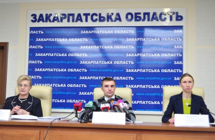 Закордонні паспорти на Закарпатті: з живої черги в електронну?