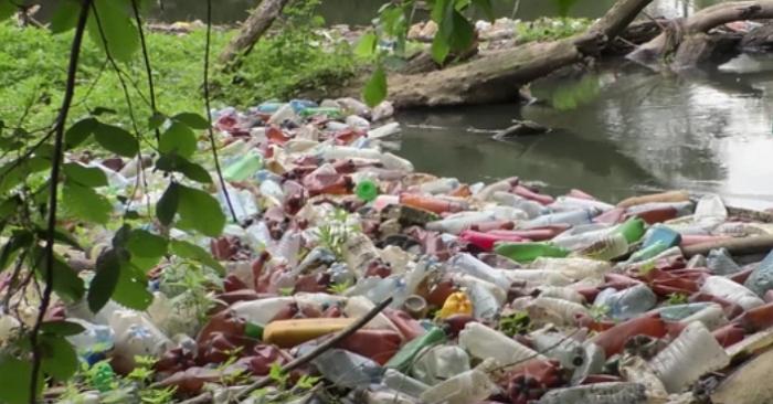 Шар сміття на річках Закарпаття подекуди сягає до метра під воду!