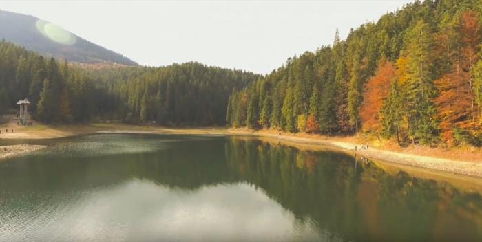 Відео дня: як озеро Синевир красується в осінніх барвах