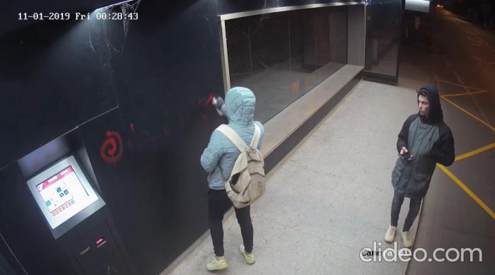 В Ужгороді шукають хлопців, які нанесли графіті-написи з рекламою наркоканалів (ВІДЕО)