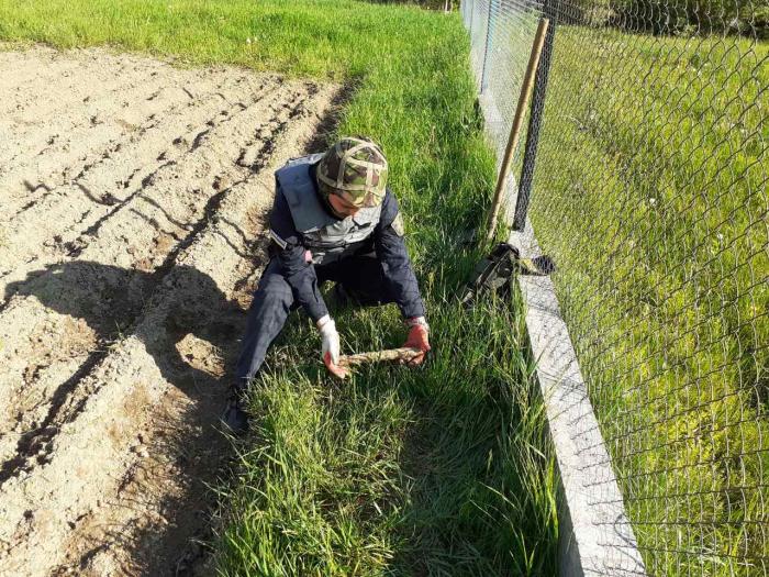 У Сваляві під час підгортання картоплі, господар виявив артилерійський снаряд